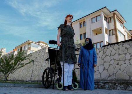 بلند قدترین زن دنیا در کنار مادرش /عکس