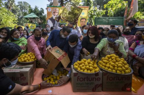 توزیع شیرینی در جشن تزریق ۱ میلیارد دوز واکسن کرونا در هند/ عکس